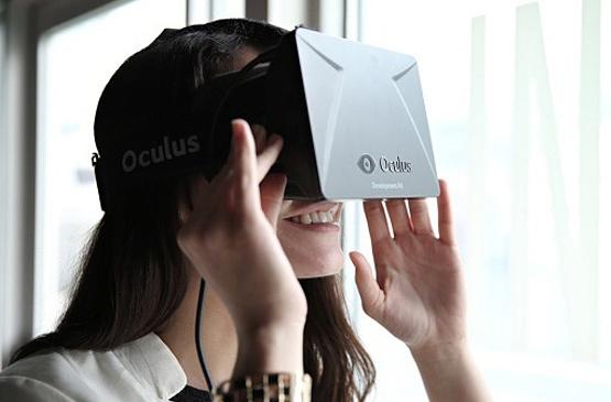 femme debout avec oculus dk2